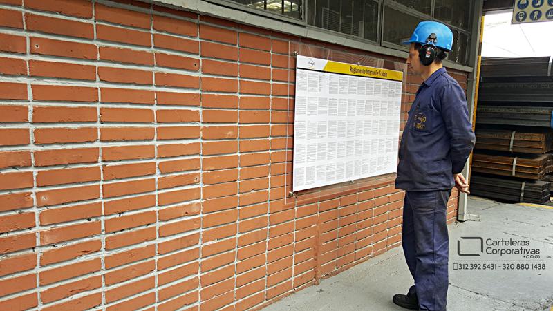 Empleado leyendo el reglamento interno de trabajo