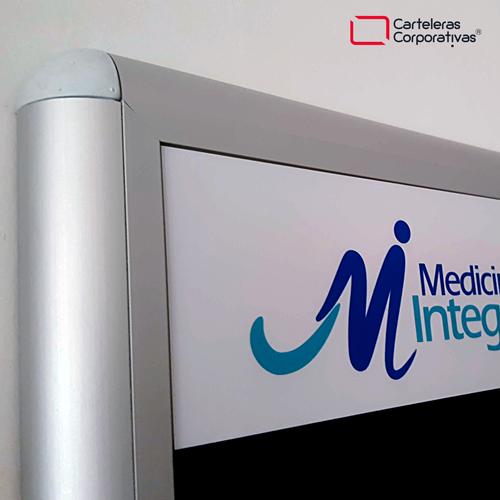 cartelera convencional tamaño 100x70 cms con paño color azul medicina integral vista detalle esquina