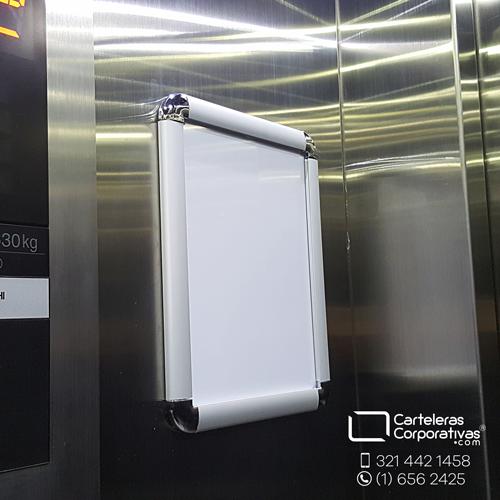 cartelera marco abatible tamaño carta vista lateral en ascensor