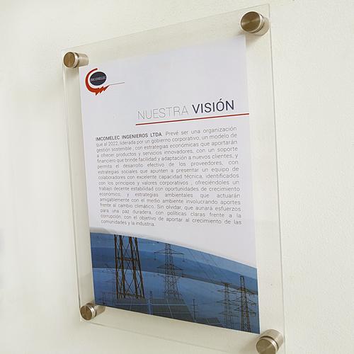 cartelera doble acrílico tamaño carta con dilatadores con nuestra visión incomelec vista lateral