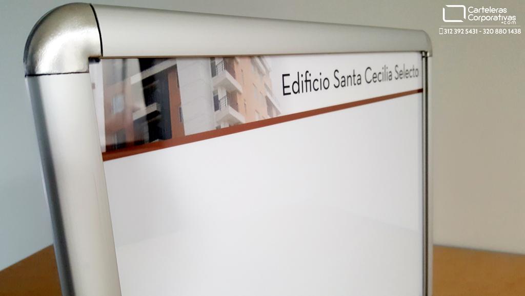 cartelera marco abatible personalizada para dos hojas carta vista desde la esquina