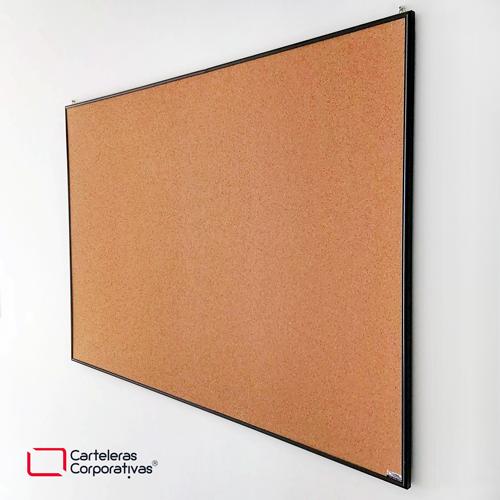 cartelera en corcho a la vista sin personalizar con marco en aluminio negro y respaldo en mdf tamaño 120x80 cms vista lateral