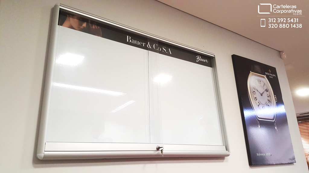 cartelera tipo vitrina ubicada en las oficinas de la empresa en bogotá