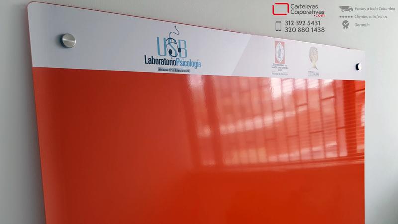 Detalle cenefa cartelera flotante magnética para universidad en la ciudad de cali