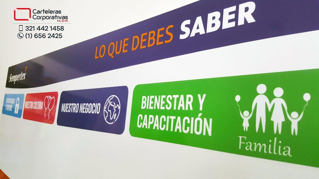 cartelera magnética con títulos intercambiables para empresa en la ciudad de Barranquilla vista lateral detalle