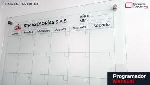 planeador mensual en vidrio templado con logotipo vista diagonal