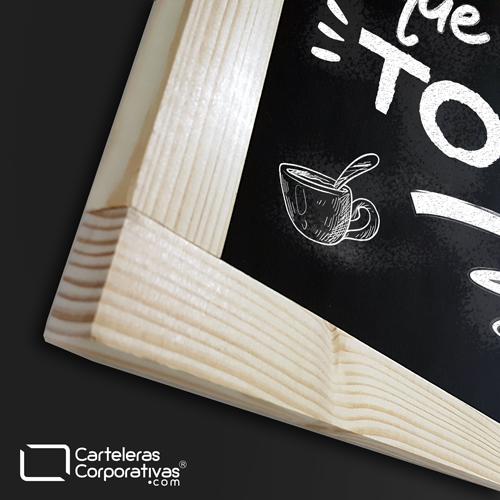 tablero para tiza de colgar con marco en tintilla tamaño 65x125 cms vista esquina con frase de cafe magia