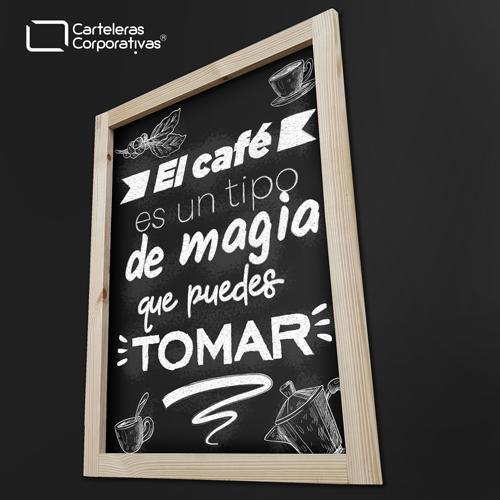 tablero para tiza de colgar con marco en tintilla tamaño 65x125 cms vista lateral inferior con frase de cafe magia