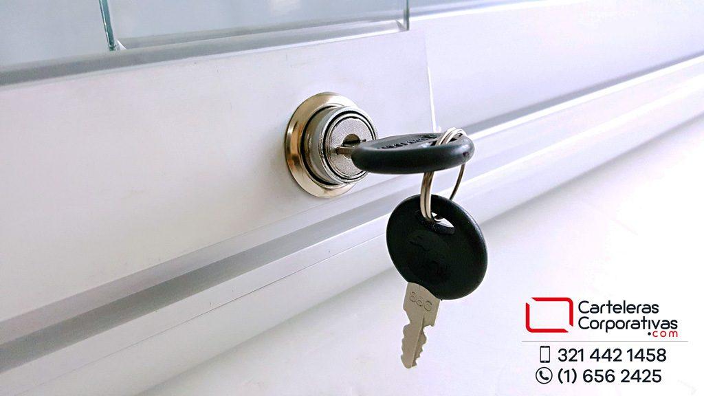 Cartelera con chapa y dos llaves para cerrar y mantener la información fuera del alcance de personas no autorizadas