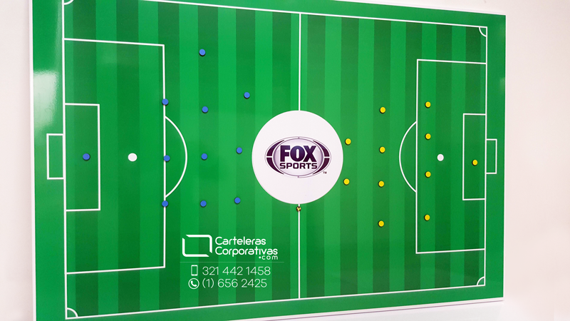 Tablero tactico magnético con cancha de fútbol e imanes de colores para fox sports colombia vista frontal izquierda