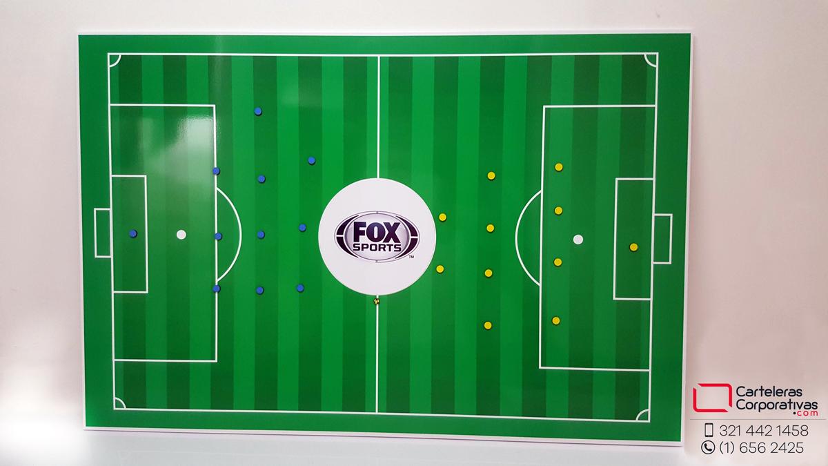 tablero con cancha de fútbol magnética para fox sports colombia vista frontal