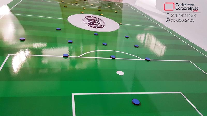 Tablero tactico magnético con cancha de fútbol e imanes de colores para fox sports colombia