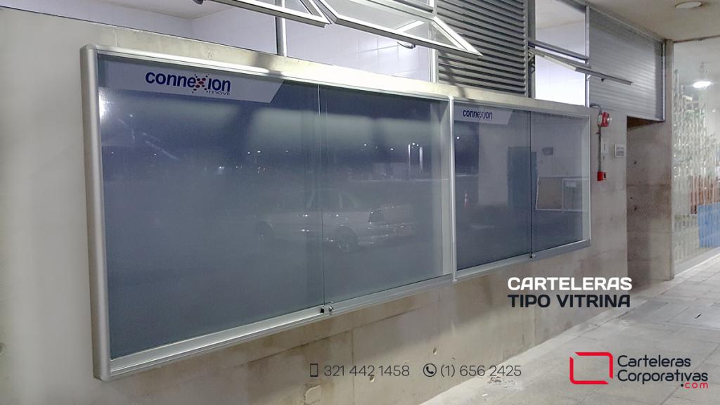 Carteleras tipo vitrina de 400x120 cms instalada en patio de transmilenio