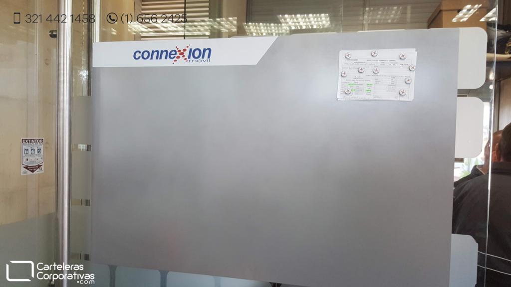 cartelera magnética sobre vidrio en oficina en bogotá