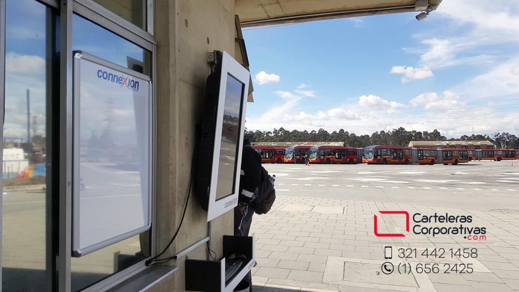 carteleras y marcos de pantallas ubicados en patio de transmilenio