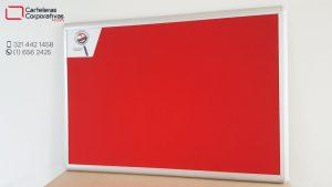 cartelera convencional en corcho forrado en paño color rojo