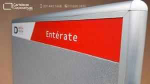 detalle esquina cartelera convencional en corcho forrado en paño color gris