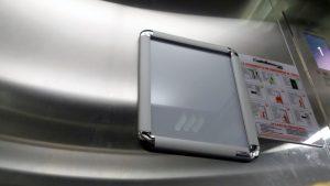 cartelera marco abatible tamaño carta en ascensor