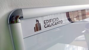 detalle esquinera metálica en marco abatible de 25mm