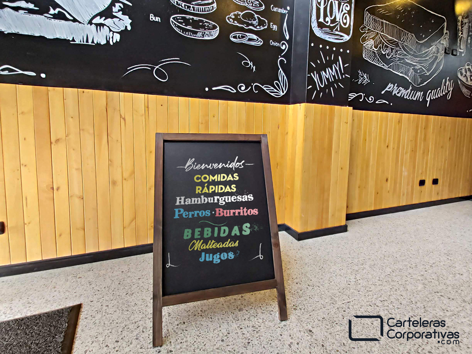 tablero para tiza con marco en madera para fijar a piso para restaurante en Bogotá vista frontal