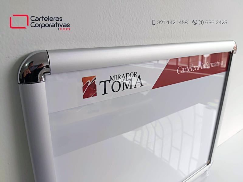 detalle esquinera cromada y cenefa con logotipo de cartelera marco abatible en Neiva