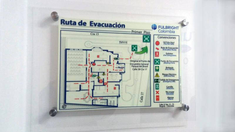 Plano de evacuación vista frente, plano en doble acrílico cristal impresión en vinilo fotoluminiscente, dilatadores amarillos, dilatadores de colores, ruta de evacuación,