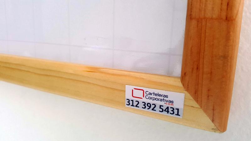 Tablero acrílico marco madera vista esquina, tablero en fórmica blanca con cuadrícula, tablero grande pared