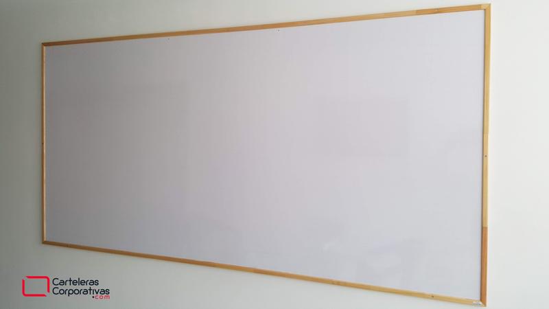 Tablero acrílico marco madera lateral derecho, tablero en fórmica blanca con cuadrícula, tablero grande pared