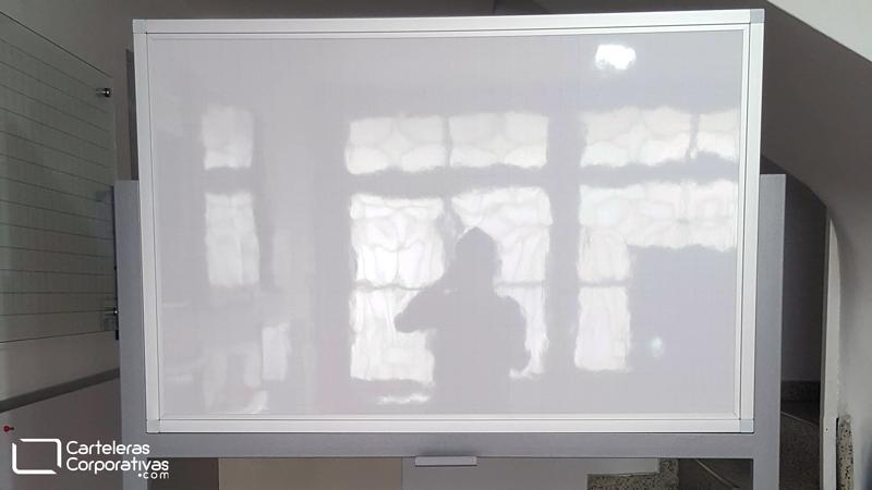 Soporte movible para tablero acrílico vista frente, tablero acrílico pedestal, tablero en fórmica blanca con cuadrícula sencillo, tableros con ruedas, tableros para mover, tableros desplazables, tablero transportable, tablero para movilizar, tablero para transportar, tablero para trasladar, tablero con rodachines, tablero acrílico marco en aluminio