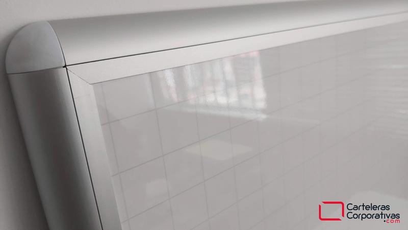 Tablero en fórmica blanca con cuadrícula premium, tablero grande pared, tablero en fórmica blanca con cuadrícula, tablero acrílico detalle marco esquina