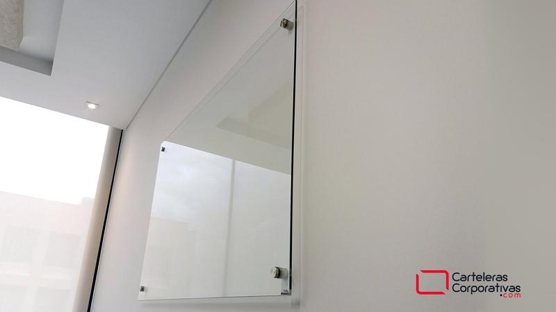 Tablero en vidrio templado transparente vista lateral derecha, tablero instalado en pared con 4 dilatadores, tablero sin cuadricula, tablero borrable en vidrio, tablero transparente