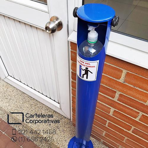 dispensador tipo cilindro ubicado al lado de una puerta de acceso