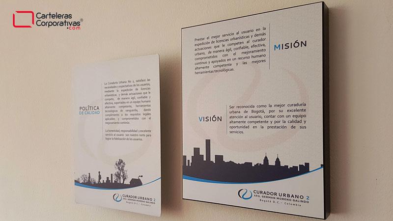 Políticas, misión y visión en cartelera tipo retablo