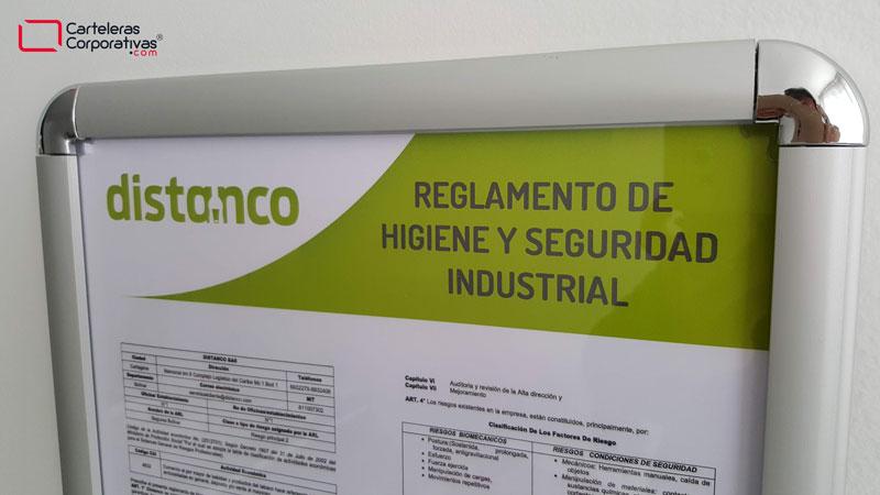 Cartelera con marco abatible para reglamento de trabajo