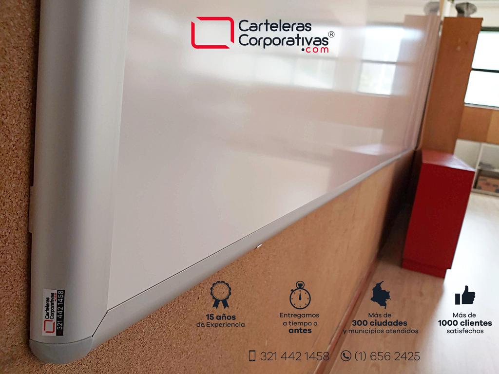 detalle esquina de tablero borrable magnético para aula de colegio