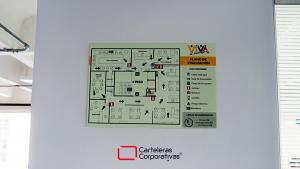 plano de evacuación fotoluminiscente en poliestireno tamaño 45x30 cms para oficina en bogotá vista frontal primer plano