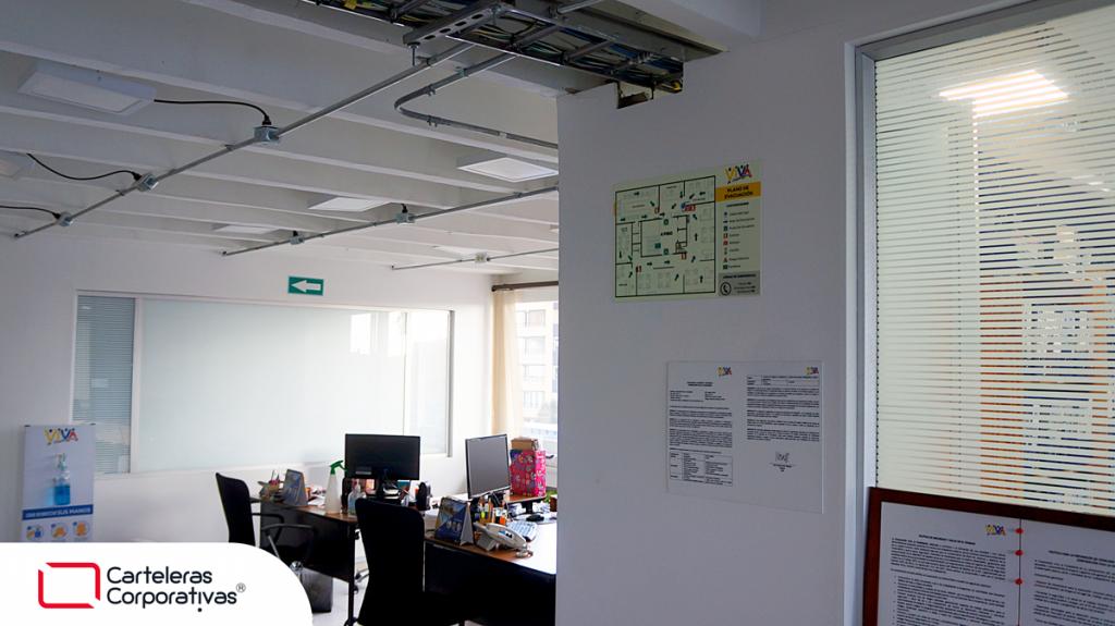 plano de evacuación en póliestireno y señalización de la ruta de evacuación en oficina en Bogotá