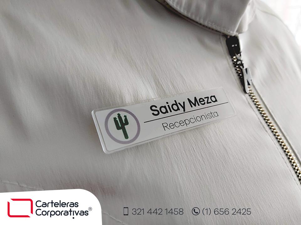 gafete-saidy-mesa-puesto-en-chaqueta-blanca-vista-lateral-hotel-cactus