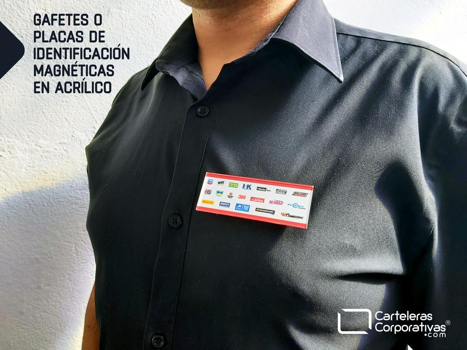 gafete o placa de identificación magnética en acrílico puesta sobre prenda color negro