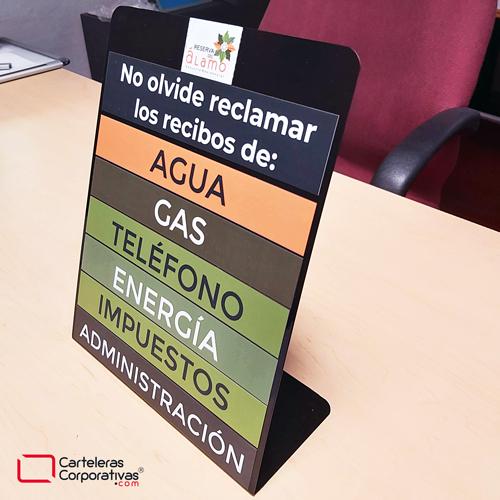 tablero recordatorio de recibos para escritorio 30x35 cms color negro vista primer plano lateral superior en escritorio
